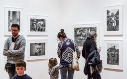 Mensen binnen Museum van Moderne Kunst in NYC Stock Afbeelding