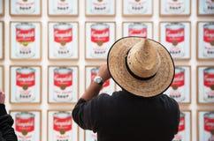 Mensen binnen Museum van Moderne Kunst in NYC Stock Foto