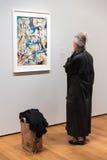 Mensen binnen Museum van Moderne Kunst in NYC Royalty-vrije Stock Foto