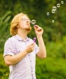 Mensen blazende zeepbels openlucht royalty-vrije stock foto