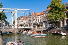 Mensen in boten op Voordam-kanaal in Alkmaar, Nederland royalty-vrije stock foto