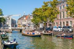 Mensen in boten op Voordam-kanaal in Alkmaar, Nederland royalty-vrije stock afbeelding