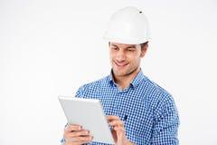 Mensen bouwingenieur in helm die tablet gebruiken royalty-vrije stock fotografie