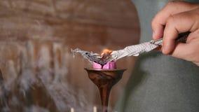 Mensen Brandende Kaars met Stuk van Document vóór de Praktijk van de Meditatieyoga Slowmotion 4K, stock videobeelden