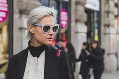 Mensen buiten Jil Sander-de modeshowbouw voor Milan Women ' Royalty-vrije Stock Afbeelding