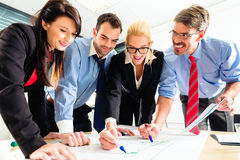 Mensen in bureau die als team werken Royalty-vrije Stock Afbeelding