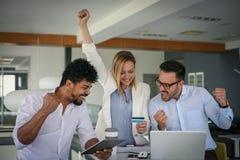 Mensen in bureau die kredietauto met behulp van Succesvolle Zaken Stock Foto