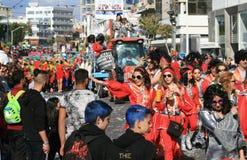 Mensen in Carnaval-kostuums en een vlotter die zich langs een straat bewegen royalty-vrije stock foto's