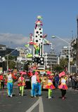 Mensen in Carnaval-kostuums en een vlotter die zich langs een straat bewegen royalty-vrije stock foto