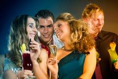 Mensen in club of bar het drinken cocktails Stock Afbeelding