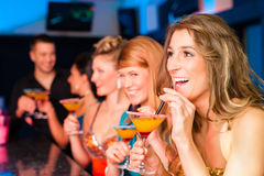 Mensen in club of staaf het drinken cocktails Stock Foto