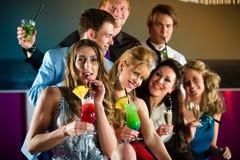Mensen in club of staaf het drinken cocktails Royalty-vrije Stock Afbeeldingen