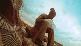 Mensen dakloze stortplaats in stortplaatsdaklozen die voedsel onder het huisvuil zoeken de sociale mens van de de armoedehonger v stock videobeelden