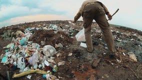 Mensen dakloze stortplaats in stortplaatsdaklozen die voedsel onder het huisvuil zoeken sociale de armoedelevensstijl van het con stock video