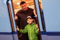 Mensen in de deuropening van een oude metroauto die worden gefotografeerd Stock Afbeeldingen