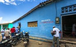 Mensen in de lijn na freshy gebakken brood, Unesco, Vinales, Pinar del Rio Province, Cuba, de Caraïbische Antillen, stock foto's