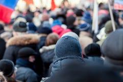 Mensen in de menigte op een protest stock afbeeldingen