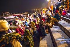 Mensen in de nacht in Varanasi Royalty-vrije Stock Fotografie