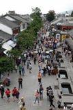 Mensen in de oude stad van straatDali Stock Foto's