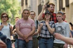 Mensen in de Oude Stad van Vilnius stock foto