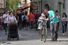 Mensen in de Oude Stad van Vilnius royalty-vrije stock foto