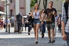 Mensen in de Oude Stad van Vilnius royalty-vrije stock afbeelding