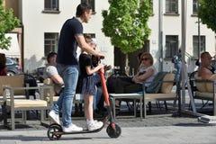 Mensen in de Oude Stad van Vilnius royalty-vrije stock fotografie