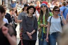 Mensen in de Oude Stad van Vilnius stock afbeelding