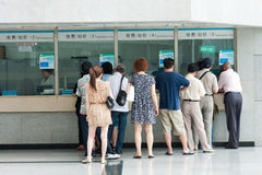 Mensen in de rij bij de vensters van het ziekenhuis