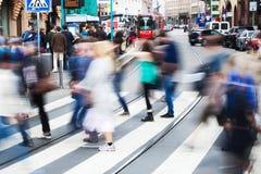 Mensen in de stad die de straat kruisen Stock Fotografie