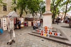 Mensen in de straat in Oude Stad, Bratislava, Slowakije Royalty-vrije Stock Foto