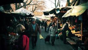Mensen in de straatmarkt stock videobeelden