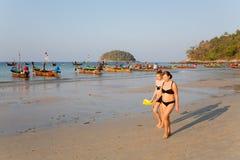 Mensen in de vroege ochtend op het Kata-strand Stock Afbeelding