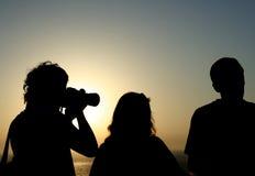 Mensen in de zonsondergang Royalty-vrije Stock Foto's