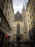Mensen dichtbij de Katholieke Kathedraal royalty-vrije stock foto