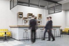 Mensen dichtbij een bartribune van koffie Royalty-vrije Stock Fotografie
