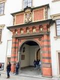 Mensen dichtbij het historische gebouw royalty-vrije stock foto