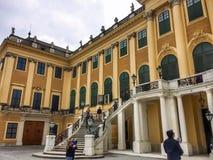Mensen dichtbij het Schönbrunn-Paleis royalty-vrije stock fotografie