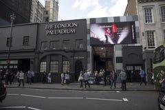 Mensen dichtbij ingang aan het palladium van Londen stock foto