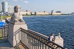 Mensen dichtbij Neva River in heilige-Petersburg Rusland Stock Afbeeldingen