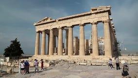 Mensen dichtbij Parthenon - oude tempel in Atheense Akropolis, Griekenland