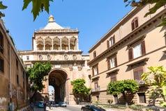 Mensen dichtbij Porta Nuova in de stad van Palermo Royalty-vrije Stock Afbeelding