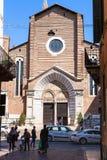 Mensen dichtbij Sant Anastasia Church in de stad van Verona Royalty-vrije Stock Afbeeldingen