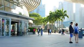 Mensen dichtbij shoppes en ArtScience-Museum in Marina Bay Sands stock video