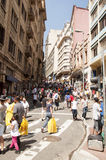 Mensen dichtbij straat 25 Maart, stad Sao Paulo, Brazilië Royalty-vrije Stock Foto