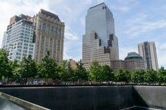 Mensen dichtbij vrijheidstoren en 9/11 gedenkteken Stock Fotografie