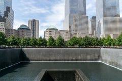 Mensen dichtbij vrijheidstoren en 9/11 gedenkteken Stock Afbeeldingen