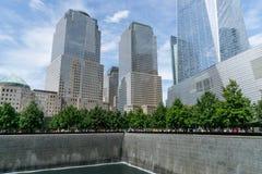 Mensen dichtbij vrijheidstoren en 9/11 gedenkteken Royalty-vrije Stock Fotografie