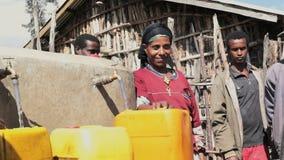 Mensen dichtbij waterpunt in Ethiopië stock videobeelden