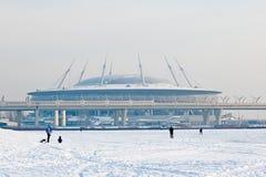 Mensen dichtbij Zenit-Arenastadion St. Petersburg Rusland Stock Afbeelding